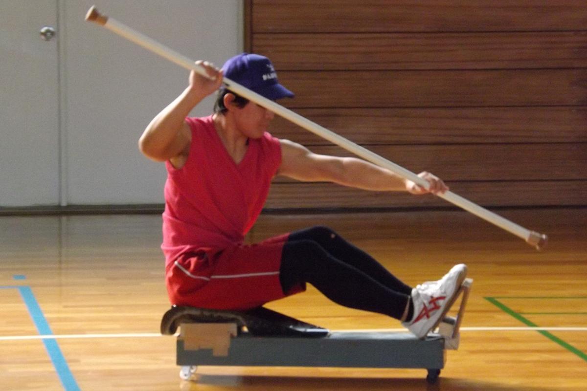 オリジナル練習機「岡ちゃん」で冬に体育館を漕ぎます。