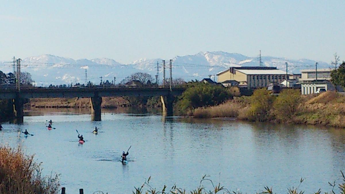 JR線路の向こう側右奥に見えるのが水橋高校の校舎、手前側の車付近に見えるのが艇庫です。